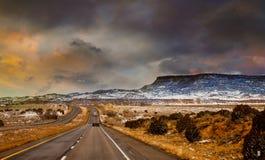 Shiprock, la gran montaña de la roca volcánica en el avión del desierto de New México, los E.E.U.U. fotos de archivo