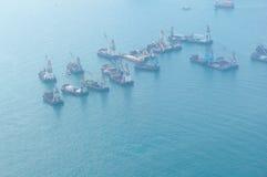 Ships i den Victoria hamnen i Hong Kong Arkivfoton