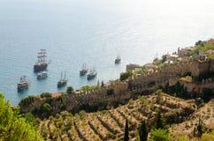 Ships på havet nära fästningen Royaltyfria Foton