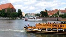 Shipstraffic no Rio Oder em Wroclaw - Polônia vídeos de arquivo