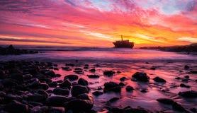 Shipwrech på udde Agulhas, Sydafrika på solnedgången Royaltyfria Foton