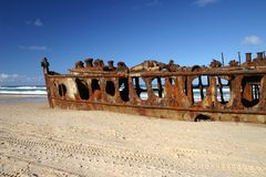 Shipwreck de Maheno na praia foto de stock