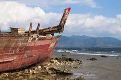 Shipwreck na linha costeira Fotografia de Stock Royalty Free