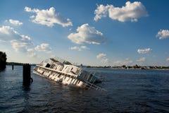 Shipwreck pod niebieskim niebem z chmurami Obraz Royalty Free