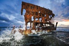 Shipwreck wali fala na plaży Obrazy Royalty Free