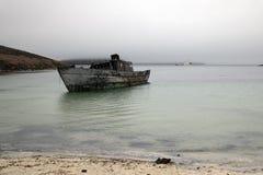 Shipwrecked łódź w zatoce zdjęcia stock