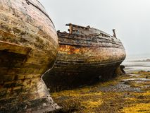 Shipwrecked Fischerboote auf der schottischen Insel von Mull stockfoto