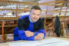 Shipwright pozuje w stoczni Fotografia Royalty Free