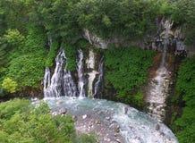 Shirahigewatervallen en de Blauwe Rivier in Biei, Hokkaido Stock Afbeeldingen
