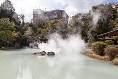 Shiraike Jigoku är vitt dammhelvete en av de turist- dragningarna som föreställer de olika helvetena på Beppu Onsen, Oita, Japan Royaltyfria Bilder