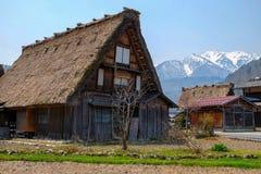 Shirakawa-πηγαίνετε χωριό και τα βουνά στοκ εικόνα