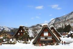 SHIRAKAWA, ЯПОНИЯ - 18-ОЕ ЯНВАРЯ: Туристы посещают старую деревню на ЯНВАРЕ Стоковое Изображение RF