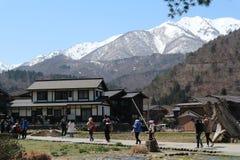 Shirakawa-går den Shirakawa byn är ett japanskt med höga berg, April 3-9,2019 fotografering för bildbyråer
