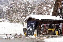 SHIRAKAWA GÅR, JAPAN - Februari 15, 2017: Drycken och softcream shoppar i Shirakawago ville I vinter med snöräkningen Arkivbilder