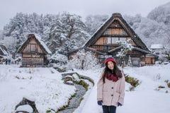 Shirakawa-ga dorp in de winter met het Gelukkige Meisje van Azië met inbegrip van exemplaarruimte op de traditionele stijl van Hu royalty-vrije stock fotografie