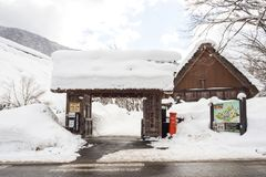 Shirakawa gehen, Gifu, Japan - 15. Februar 2017 Das hölzerne Tor, zum Shirakawa-zu gehen Dorf Museaum im Winter UNESCO-Welterbe Stockfotos