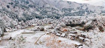 Shirakawa by i den sena november hösten som övervintrar säsongen Panor Arkivbilder