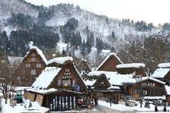 SHIRAKAWA, JAPAN - 18. JANUAR: Touristen besichtigen altes Dorf im Januar Stockfotos