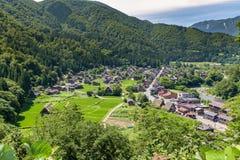 Shirakawa ou Shirakawa-vont, de petits villages historiques traditionnels dans la saison d'été photographie stock