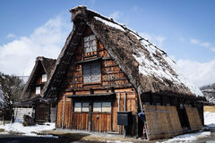 Shirakawa-va, il Giappone - marzo 2015: Camere Gassho-disegnate innevate Fotografia Stock