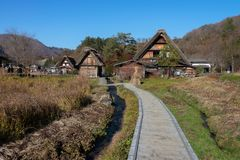 Shirakawago, beau village dans la vallée photo libre de droits