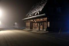Shirakawago på en dimmig natt Fotografering för Bildbyråer