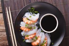 Shirataki用大虾、香葱和酱油 水平的顶视图 库存图片