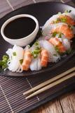 Shirataki με τις γαρίδες, τα φρέσκα κρεμμύδια και την κινηματογράφηση σε πρώτο πλάνο σάλτσας σόγιας κάθετος Στοκ φωτογραφίες με δικαίωμα ελεύθερης χρήσης
