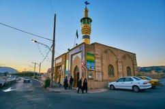 SHIRAZ, ΙΡΑΝ - 12 ΟΚΤΩΒΡΊΟΥ 2017: Οι επισκέπτες στο μικρό μουσουλμανικό τέμενος με το λαμπρό χρυσό μιναρές, που βρίσκεται στην πο στοκ φωτογραφία με δικαίωμα ελεύθερης χρήσης