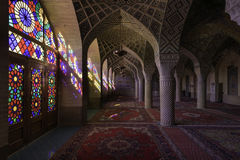 Shiraz Iran - Oktober 8, 2014: Nasir Al-Mulk Mosque i Shiraz, Iran, också som är bekant som rosa moské Arkivfoto