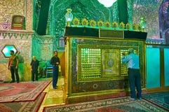 SHIRAZ, IRAN - OKTOBER 12, 2017: Sjiïtische moslimworshipers bidden bij het Mausoleum van Imamzadeh Ali Ibn Hamzeh in Spiegelzaal stock foto