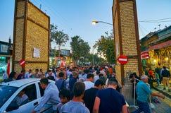 SHIRAZ IRAN, PAŹDZIERNIK, - 14, 2017: Zatłoczona ulica Żadny Bazar, wieczór jest ruchliwie czasem tutaj, mnogi męski gościa space fotografia royalty free