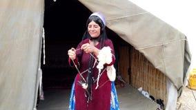 Shiraz, Iran Qashqai kobiety wir?w prz?dza od ko?liej we?ny podczas gdy stoj?cy - 2019-04-09 - zbiory