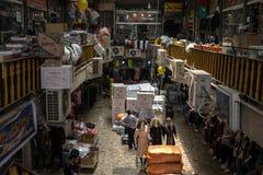 Shiraz Vakil-Bazar voll von verkauft und, die in eine bedeckte Gasse des Marktes geliefert zu werden Waren, lizenzfreies stockfoto