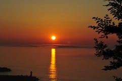 Shiretoko solnedgång med guld- reflexion på havet Arkivfoto