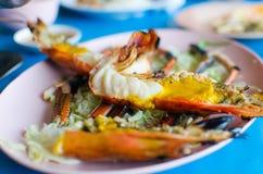 Shirmp arrostito enorme con la pasta del gamberetto su un piatto bianco shallow Fotografie Stock