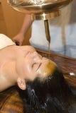 Shirodhara alte indische Schmieröl-Behandlung Stockbild