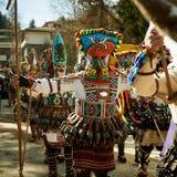 SHIROKA LAKA BUŁGARIA, MARZEC, - 5: Ludzie ubierali w tradycyjnych kostiumach dzwoniących Kukeri świętują przyjazd wiosna z obrzą Zdjęcia Royalty Free