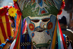 SHIROKA LAKA BUŁGARIA, MARZEC, - 5: Ludzie ubierali w tradycyjnych kostiumach dzwoniących Kukeri świętują przyjazd wiosna z obrzą Zdjęcie Stock