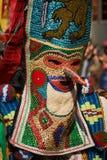 SHIROKA LAKA BUŁGARIA, MARZEC, - 5: Ludzie ubierali w tradycyjnych kostiumach dzwoniących Kukeri świętują przyjazd wiosna z obrzą Fotografia Royalty Free