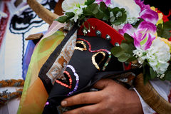 SHIROKA LAKA BUŁGARIA, MARZEC, - 5: Ludzie ubierali w tradycyjnych kostiumach dzwoniących Kukeri świętują przyjazd wiosna z obrzą Zdjęcie Royalty Free