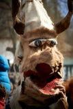 SHIROKA LAKA BUŁGARIA, MARZEC, - 5: Ludzie ubierali w tradycyjnych kostiumach dzwoniących Kukeri świętują przyjazd wiosna z obrzą Obraz Stock
