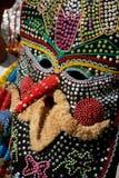 SHIROKA LAKA, BULGÁRIA - 5 DE MARÇO: Os povos vestiram-se nos trajes tradicionais chamados Kukeri comemoram a chegada da mola com fotos de stock royalty free