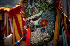 SHIROKA LAKA, BULGARIEN - MARS 5: Firar iklädda traditionella dräkter för folk som kallas Kukeri, ankomst av våren med rituella d royaltyfri fotografi