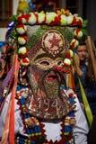 SHIROKA LAKA, BULGARIEN - MARS 5: Firar iklädda traditionella dräkter för folk som kallas Kukeri, ankomst av våren med rituella d arkivbilder