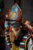 SHIROKA LAKA, BULGARIEN - MARS 5: Firar iklädda traditionella dräkter för folk som kallas Kukeri, ankomst av våren med rituella d arkivbild