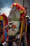 SHIROKA LAKA, BULGARIJE - MAART 5: De mensen gekleed in traditionele kostuums genoemd Kukeri vieren aankomst van de Lente met rit Royalty-vrije Stock Foto's