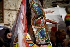 SHIROKA LAKA, BULGARIJE - MAART 5: De mensen gekleed in traditionele kostuums genoemd Kukeri vieren aankomst van de Lente met rit Royalty-vrije Stock Foto