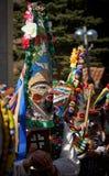 SHIROKA LAKA, BULGARIJE - MAART 5: De mensen gekleed in traditionele kostuums genoemd Kukeri vieren aankomst van de Lente met rit Stock Afbeelding