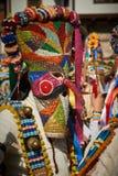 SHIROKA LAKA, BULGARIJE - MAART 5: De mensen gekleed in traditionele kostuums genoemd Kukeri vieren aankomst van de Lente met rit Stock Afbeeldingen